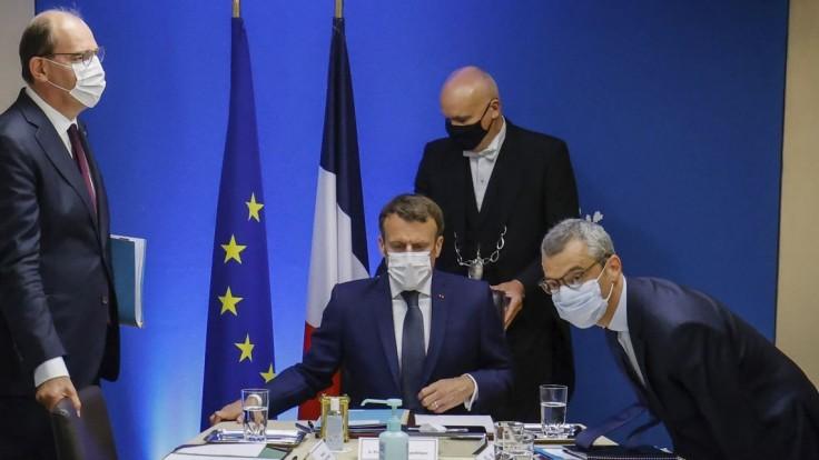 Macron má nový mobil aj číslo, dôvodom je podozrenie zo sledovania softvérom Pegasus