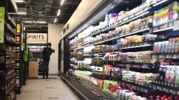 Británia ruší povinnú karanténu pre pracovníkov v potravinárstve, musia sa však testovať