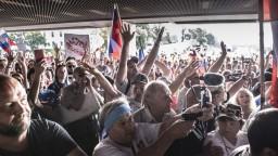 FOTO Rozvášnený dav zablokoval vchod do parlamentu, podporuje ho ĽSNS aj Smer