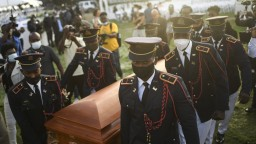 Obyvatelia Haiti sa rozlúčili so zavraždeným prezidentom. Pohreb sprevádzali násilnosti