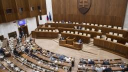 Schôdza parlamentu pokračuje v sobotu. Očkovací zákon ide do druhého čítania