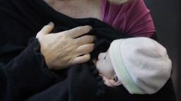 Vakcíny neprechádzajú do materského mlieka. U dojčiacich žien sa očkovanie odporúča