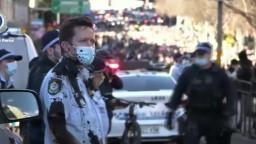Protipandemické protesty sa konali aj v Austrálii, viacerých odviedli v putách