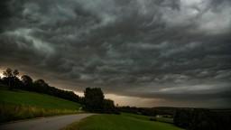 Česko zasiahnu silné búrky, meteorológovia vydali výstrahy