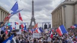 Protest proti opatreniam v Paríži prerástol do potýčok s políciou, použiť museli slzný plyn