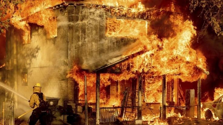 V logistickom centre vypukol požiar, hlásia mŕtvych i zranených