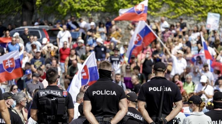 Protest pred parlamentom pokračuje, demonštranti tam chcú zotrvať aj v ďalšie dni