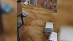 Belgicko zasiahli bleskové záplavy. Prúd strhával autá, niektoré domy evakuovali