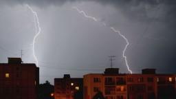 Búrky v Česku udrú väčšou silou. Hrozia krúpy, prívalové zrážky i nárazový vietor
