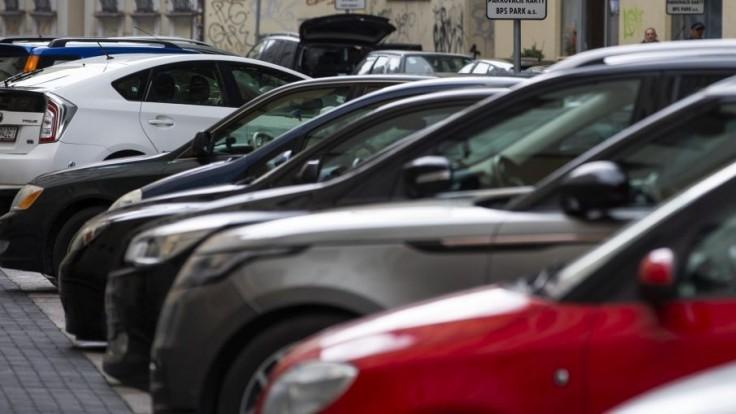 Mladý Francúz poškodil v bratislavskom Starom Meste viacero áut, čelí obvineniu