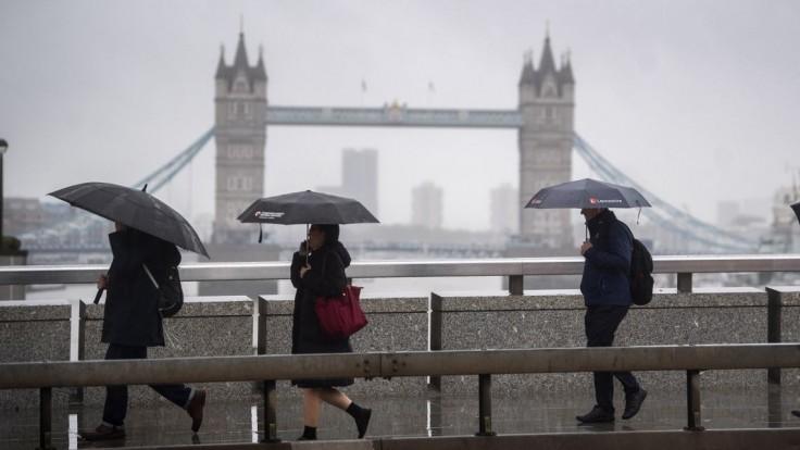 V Londýne voda zaplavila ulice, autá a autobusy uviazli na cestách