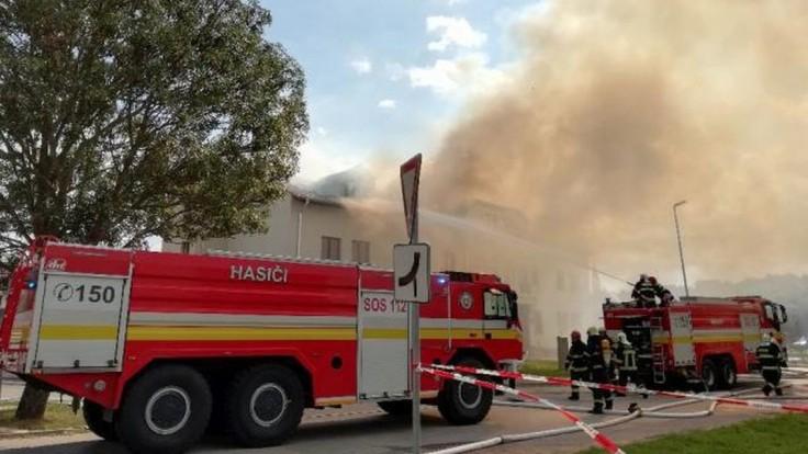Požiar v areáli oravského závodu je pod kontrolou, hasičov potrápili sťažené podmienky