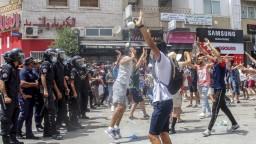 Tuniský prezident po masových protestoch odvolal premiéra a suspendoval parlament
