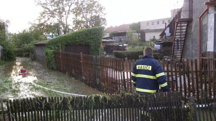 V Česku zúrili silné búrky, hasiči vyrážali k stovkám prípadov. Výstrahy platia aj ďalej