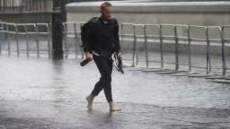 Ulice Londýna sú zaplavené, nemocnice žiadajú pacientov, aby zostali doma