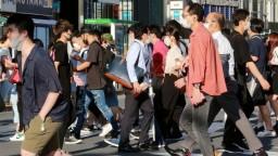 Počet nakazených v Tokiu rekordne rastie, podľa premiéra budú používať nový liek
