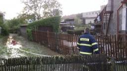 Na Morave opäť vyčíňali búrky. Pre spadnutý strom evakuovali vlak
