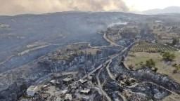 Turecko bojuje s požiarmi. Traja ľudia zahynuli, desiatky skončili v nemocnici