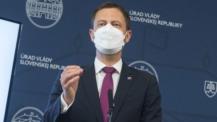 Protesty komentoval aj Heger: Ak majú ľudia otázky o koronavíruse, treba sa pýtať lekárov