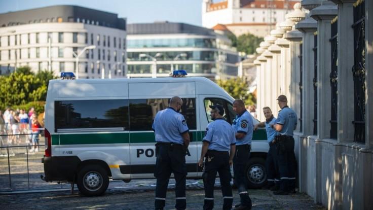 Počas protestu v Bratislave poškodili auto, páchateľa zadržali. K útokom podľa polície nedošlo