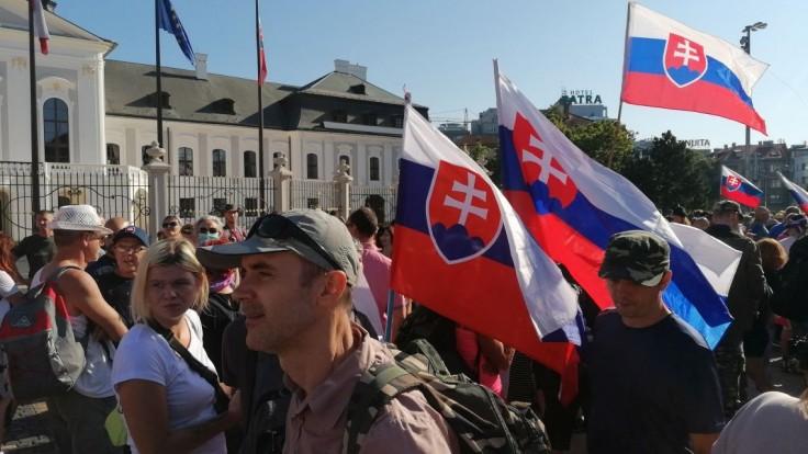 Premiéra znepokojil protest v Bratislave. Sme na prahu tretej vlny, pripomína