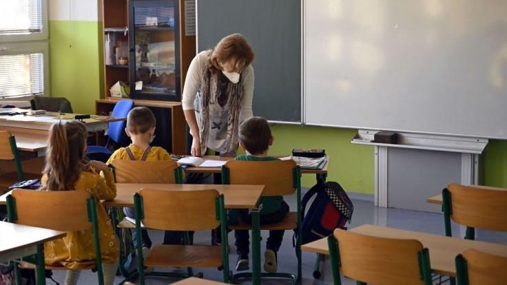 Učiteľov je málo. Chýbajú v škôlkach, ale aj na predmetoch ako matematika či fyzika