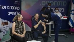 Izrael začal s očkovaním treťou dávkou, má pomôcť čeliť delta variantu