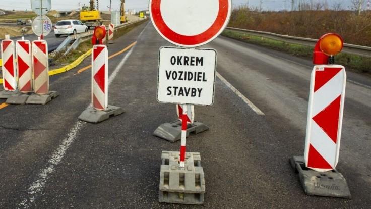 Vodiči, pozor. Na týchto úsekoch diaľnice sa začali dopravné obmedzenia