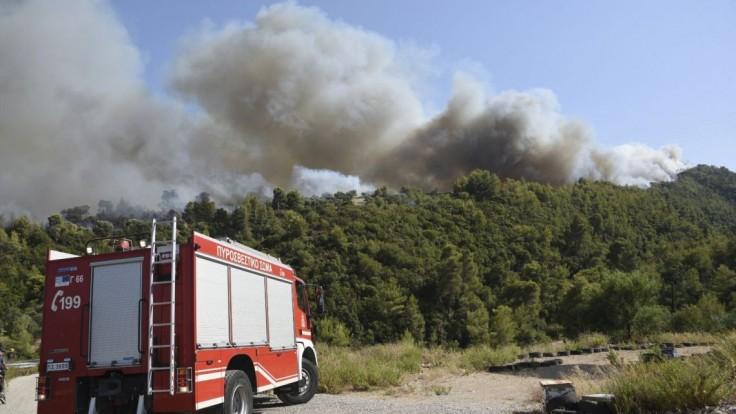 Požiare sužujú aj Grécko. Evakuovať museli štyri dediny