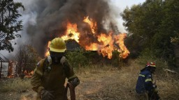Grécko potrápil lesný požiar. Zničil niekoľko domov, ľudí museli aj hospitalizovať