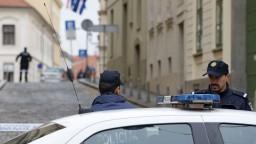 Polícia zadržala nemecký pár. V rozhorúčenom aute nechal svoje dve deti a psa