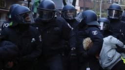 Ľudia sa zišli v Berlíne na nepovolenom proteste. Viacerí sa dostali do potýčiek s políciou