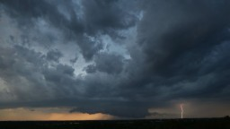 Búrky sú v niektorých okresoch aj intenzívne, postupne sa presúvajú na východ