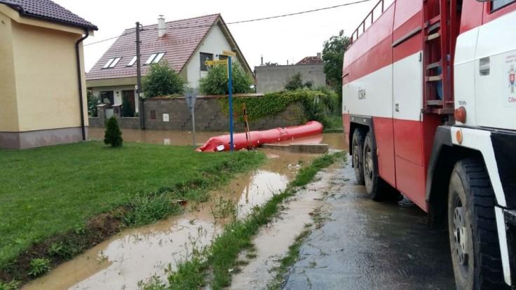 Majú plné ruky práce. Nepriaznivé počasie si vyžiadalo už 130 výjazdov hasičov