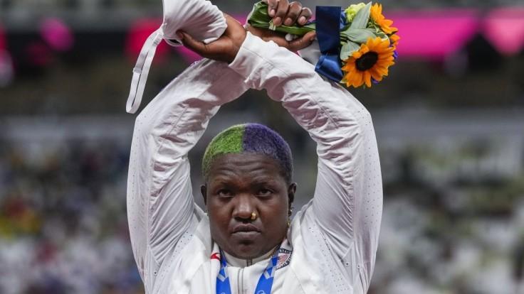 Medailistka na pódiu v Tokiu prekrížila ruky, hrozí jej trest