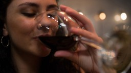 Ženy v pití dobiehajú mužov, karanténa priala závislostiam
