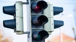 Na Seneckej ceste spustili semafor, vodiči sa sťažujú na kolóny