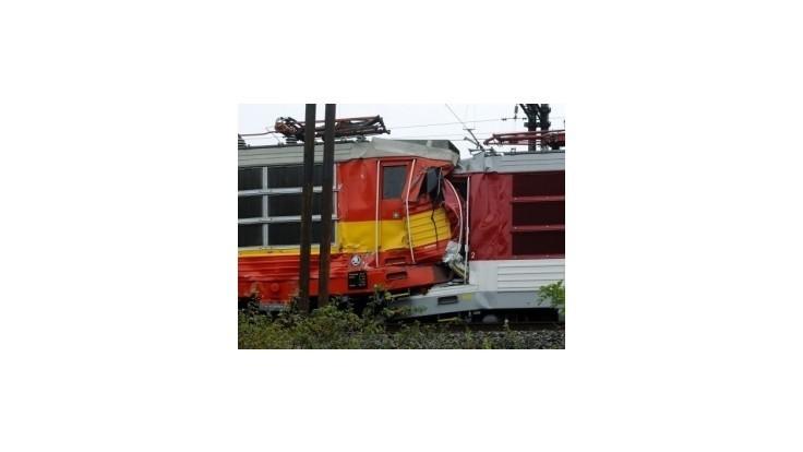 Rušňovodič po zrážke vlakov bojuje o život