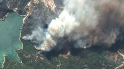 Letoviská bojujú s požiarmi, plamene sú blízko plážových destinácií