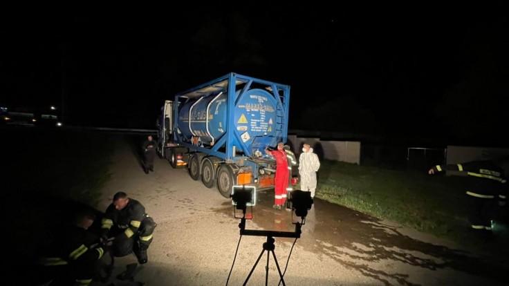 Z cisterny vytiekli stovky litrov kyseliny, museli zasiahnuť hasiči