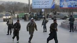 V obliehanom meste zahynuli desiatky civilistov, Taliban napáda provinčné metropoly