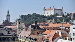 Červená na kostoloch i kláštore. Posprejovali historické centrum Bratislavy