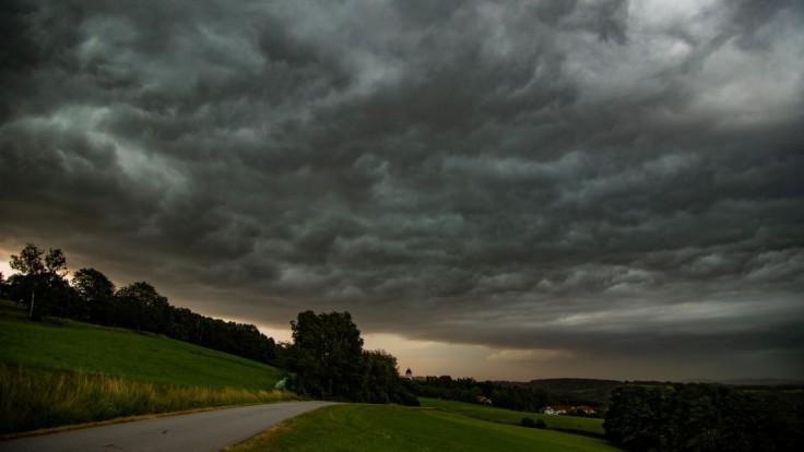 Na väčšine územia hrozia búrky, meteorológovia vydali výstrahy