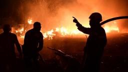 Grécko bojuje s mohutným požiarom. Tisíce ľudí museli evakuovať