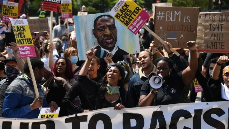 Manželia sa so zbraňami vyhrážali účastníkom pochodu Black Lives Matter. Guvernér im udelil milosť