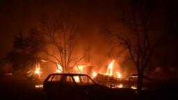 Požiar v Grécku si vyžiadal pomoc vojakov, vláda poskytne dočasné ubytovanie