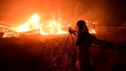 Extrémne zhoršenie ovzdušia. Pre mohutný požiar pri Aténach majú ľudia ostať doma a zatvárať okná