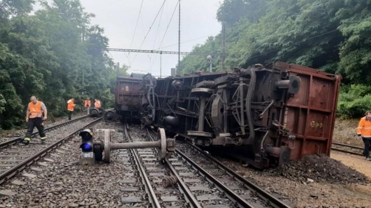 Pri Kralupoch sa vykoľajil nákladný vlak. Prevádzka na trati bude prerušená do večera