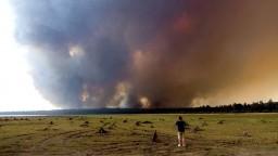 Ničivé požiare sa v Kalifornii nedarí dostať pod kontrolu. Oheň zrovnal so zemou ďalšiu obec