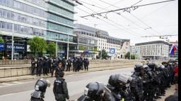 Protestujúci dav zablokoval cestu pri Hodžovom námestí. Zasahovať museli ťažkoodenci